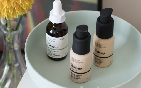 Review: The Ordinary Colours Serum Foundation 1.1N en 1.2YG getest, voor en na, swatches